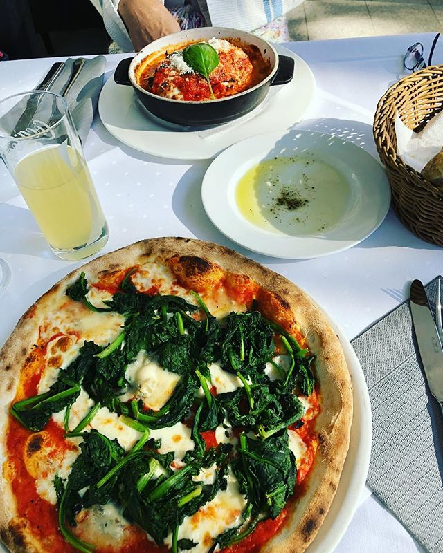 Treat yourself 😝😍 🍕🧀🥗🍆🍅 today I had my best oliveoil/ salt and pepper bread ever and afterwards spinach pizza, (buy me a pizza and I will do almost everything for you just to get a bite ..😂😂🙈) my Mom had super delicious aubergine 🍆 baked with lot of mozzarella and tomato sauce 😃😍😍😍 and I was quite jelly when I saw her meal so I had to steal a little bit of it 😝 ... no yarni pics sorry guys but I'm still fighting on my westknits MKAL Clue 1 and so there is nothing new to share with you except this yummy food we had today 🤭🤭😮🤷🏼‍♀️😍😍😍 #pizza #treatyourself #food #nofoodblog