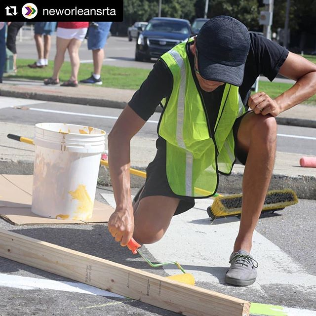 #connectthecreacent would not be possible without large group volunteers like @neworleansrta! We are grateful for their help and on going support. Stay tuned for more opportunities to get involved with this demonstration. To get your group or company involved email virginia@bikeeasy.org 🚲 photo by: @neworleansrta