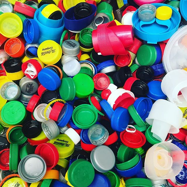 Lavadas y listas para separar por color ☺️♻️🎨🌈 All clean and ready to be sorted! #yourgarbageourrawmaterial #tubasuranuestramateriaprima #preciousplastic #preciousplasticcr #gettingbettereveryday
