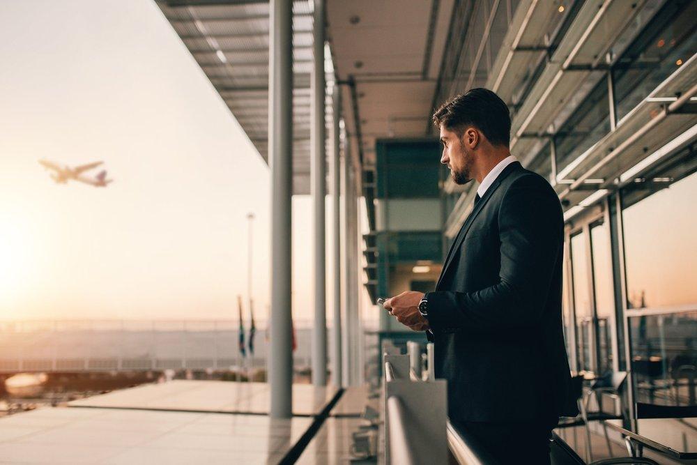077225878-airport-travel-business-man.jpeg