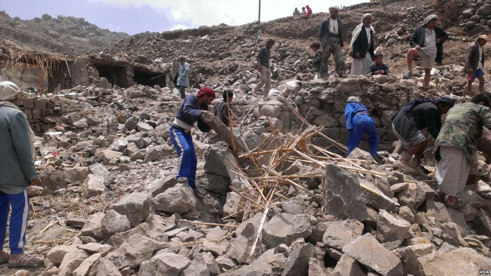 Villagers_scour_rubble_for_belongings_scattered_during_the_bombing_of_Hajar_Aukaish_-_Yemen_-_in_April_2015.jpg