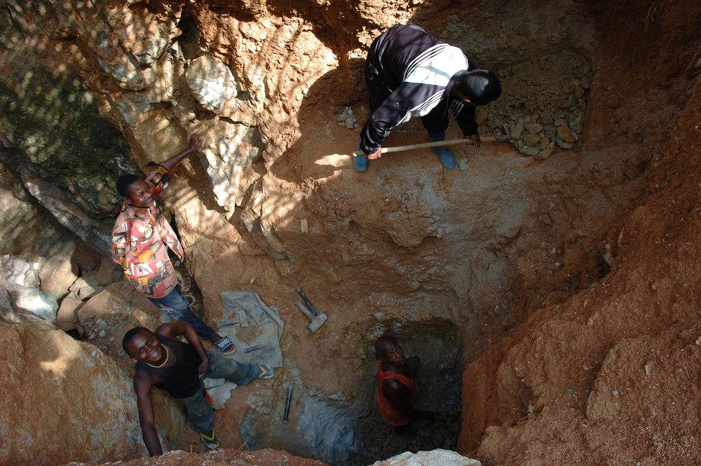 Wolframite_Mining_in_Kailo2,_DRC.jpg