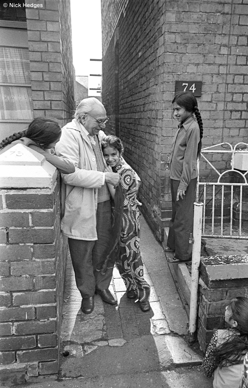 975-31 Sikh grandfather and his granddaughters, Wolverhampton 1978.jpg