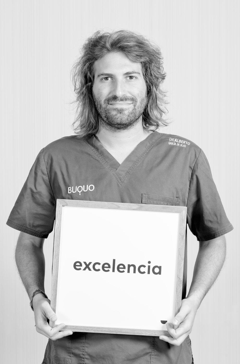 Dr. Alberto García de Blas - Es licenciado en Odontología por la UAX en Madrid y posee Máster en Cirugía Bucal, implantología, periodoncia y rehabilitación oral por la Universidad Politécnica de Cataluña. Es fundador y director médico de postgrado donde forma a otros dentistas en técnicas avanzadas de implantología y cirugía oral avanzada. El Dr. Alberto García persigue la excelencia en implantología y cirugía. Su pasión le ha llevado a realizar varios postgrados con los grandes de la implantología a nivel mundial como Sascha Jovanovic (California) Dennis Tarnow (Nueva York) o Fouad Kourhy (Alemania), entre otros.