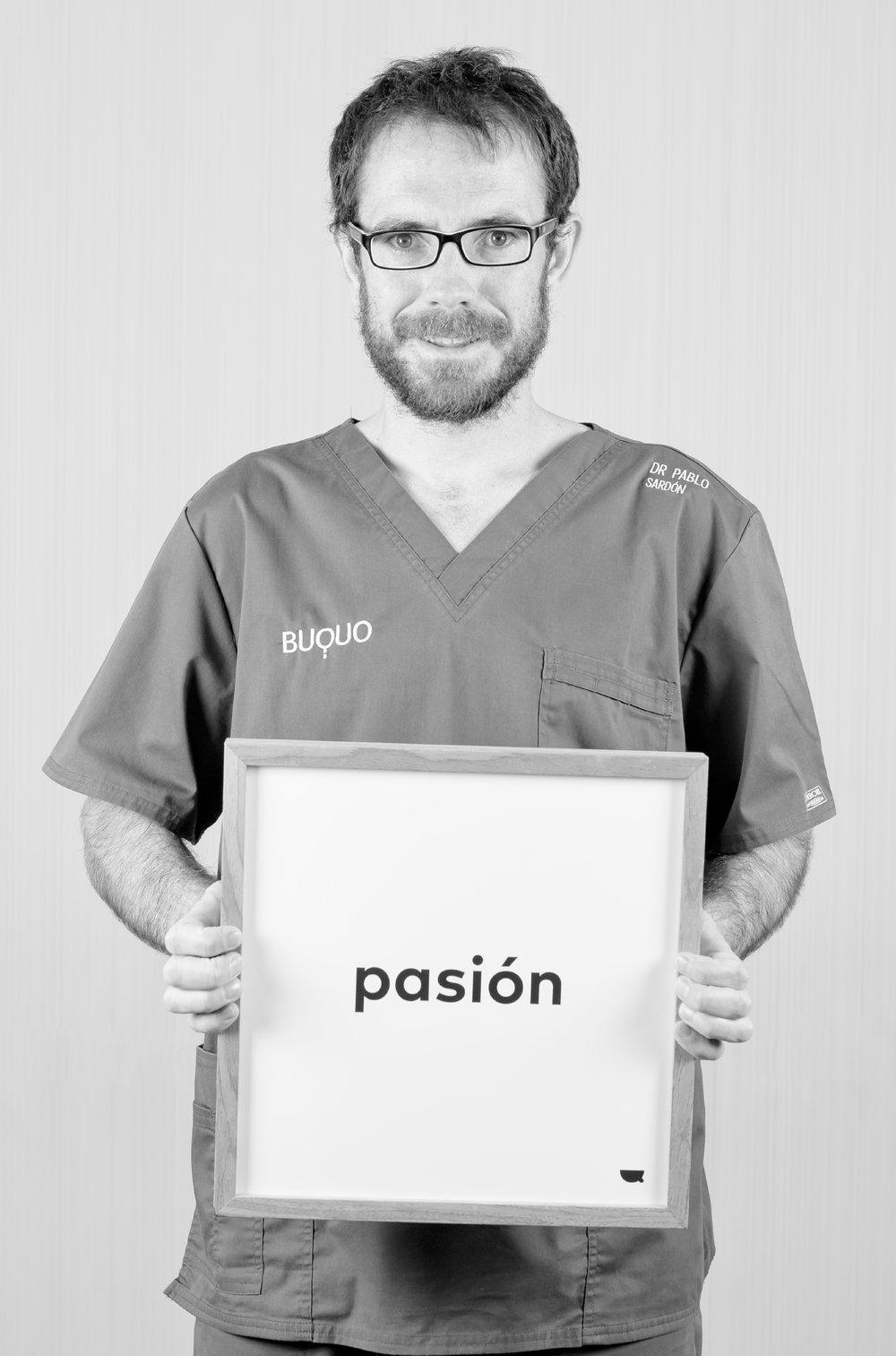 Dr. Pablo Sardón - Es licenciado en Odontología por la Universidad del País Vasco y cuenta con un Máster en Cirugía Bucal, Implantología y Periodoncia por la Universidad de León. Su campo de especialidad se desarrolla en cirugía y periodoncia para mejorar la calidad de vida de sus pacientes y devolverles su mejor sonrisa.