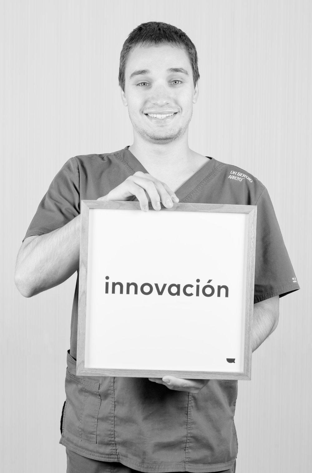 Dr. Sergio Arroyo - Sergio es Licenciado en odontología por la Universidad de Salamanca. Diplomado universitario en implantología clínica: técnicas quirúrgicas y procedimientos restauradores. También posee el título universitario de especialista en odontología estética y restauradora.