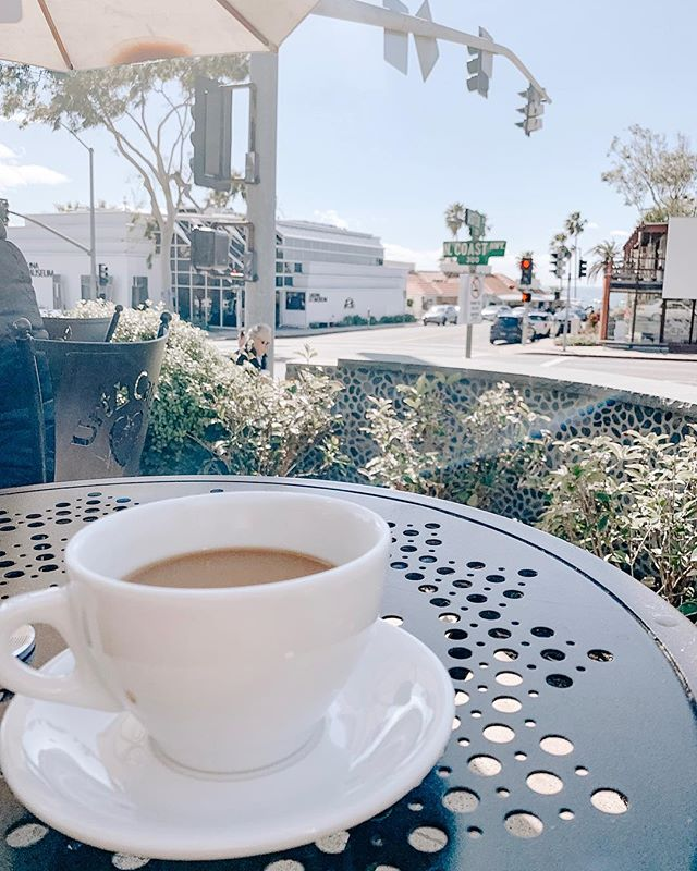 Sunday's in Laguna with a cup of coffee in hand is my go-to on my days off and we found the cutest place right off PCH for breakfast for a couple weeks back and I'm officially obsessed! Made me think we need to start trying out more coffee shops and cafés for breakfast. Anyone have any good recommendations for Orange County? ☕️