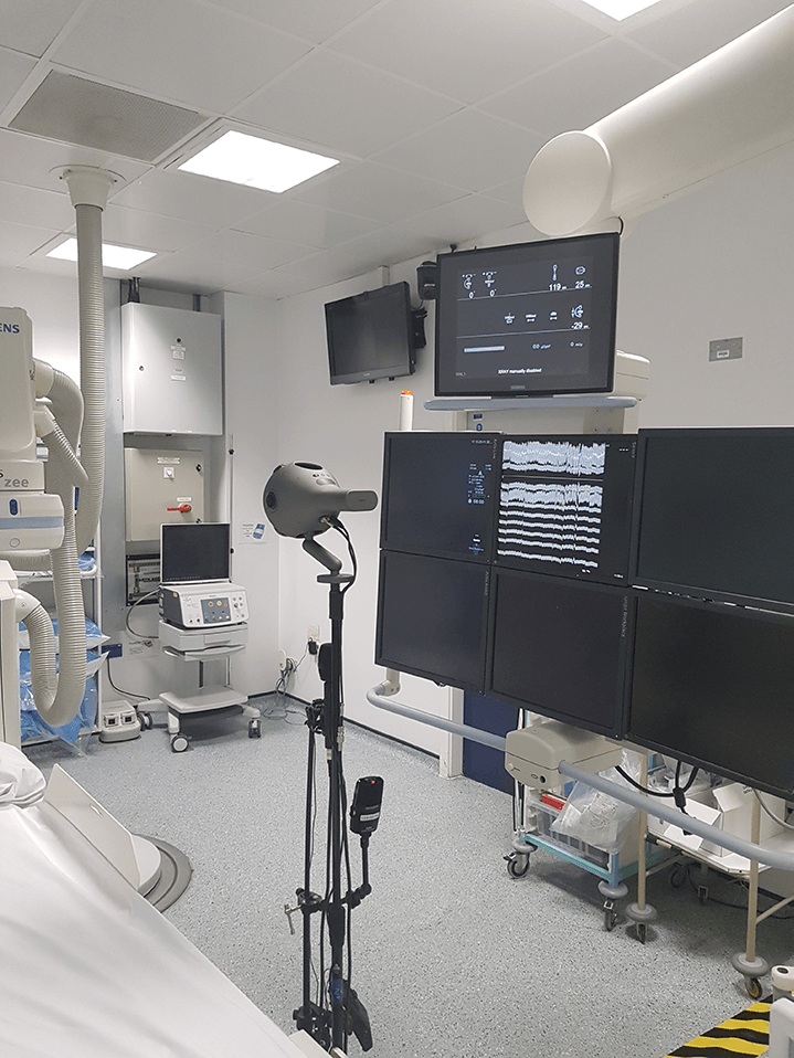 The Nokia OZO in position between the X-ray monitors on the bed.