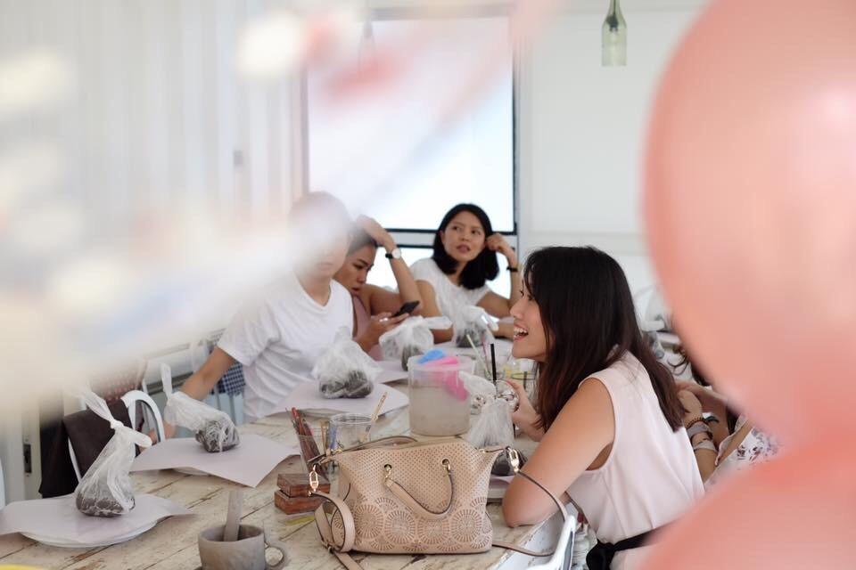 #4 MORE - ให้มากกว่าห้องประชุม การประชุมของนักธุรกิจรุ่นใหม่ ไม่จำเป็นต้องประชุมกันแค่บนโต๊ะในห้องประชุม เพราะจริงๆ การประชุมที่รีแลกซ์อาจทำให้การประชุมประสบความสำเร็จกว่าก็ได้ คาเฟ่ที่เปลี่ยนจากคาเฟ่ที่ขายกาแฟ และขนมในช่วงกลางวัน ให้กลายเป็นบาร์ที่มีเครื่องดื่มแอลกอฮอล์ เปลี่ยนบรรยากาศจากการประชุมธรรมดา ให้เป็นการสังสรรค์ที่ทำให้การพูดคุยธุรกิจมีความรีแลกซ์มากขึ้นหรือจะจัดตกแต่งเป็นงานปารตี้เล็กๆ ก็ทำได้ เพื่อให้การประชุมมีความสร้างสรรค์มากขึ้นก็ทำได้THE BLOC เรามีทีมงาน BLOC EVENT ที่ช่วยจัดงาน หรือออแกนไนซ์งานให้ตามที่ต้องการ สอบถามข้อมูลเพิ่มเติมโทร 086-555-8789