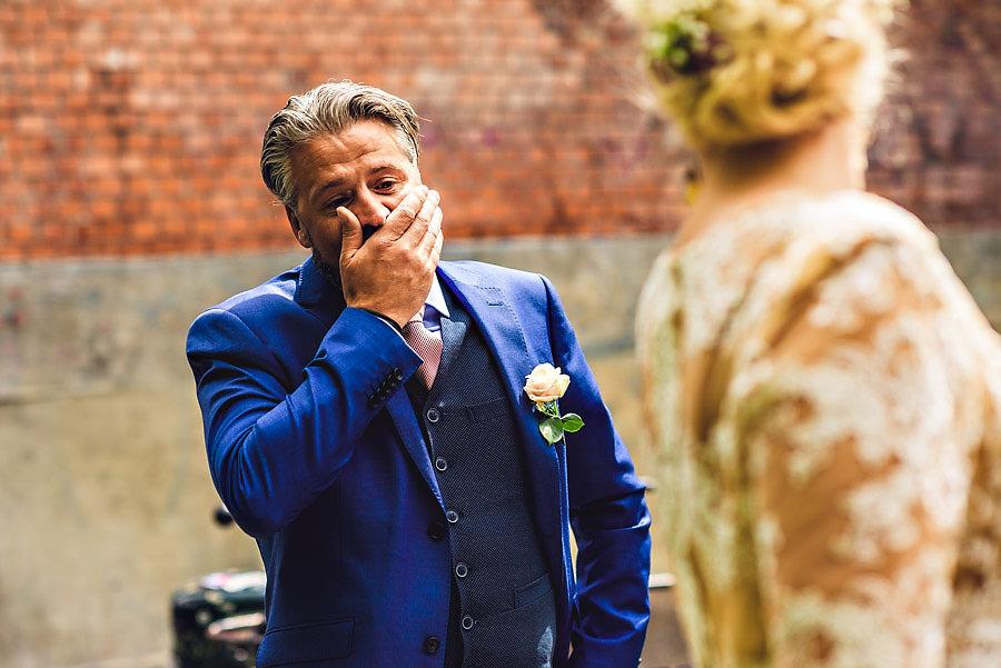 brudgommen kan ikke tro hvor vakker bruden er i en first look i