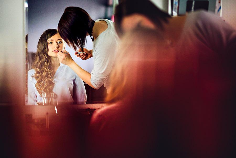 Bruden blir sminket hos frisøren under forberedelsene på Jære