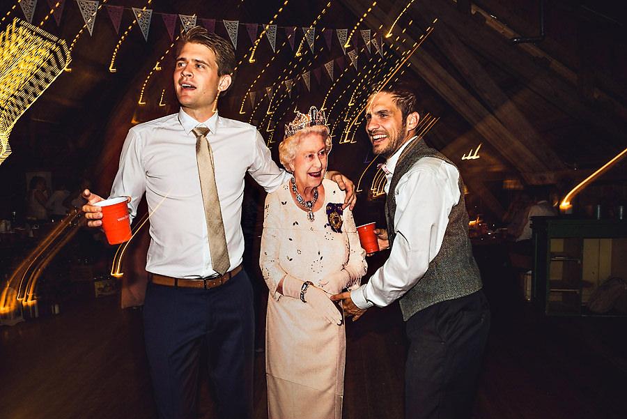 Bryllupsgjester danser med en pappfigur av dronning Elizabeth p