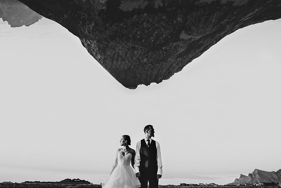 Kreativt bryllupsbilde med fjell opp ned fra en elopement på Lo