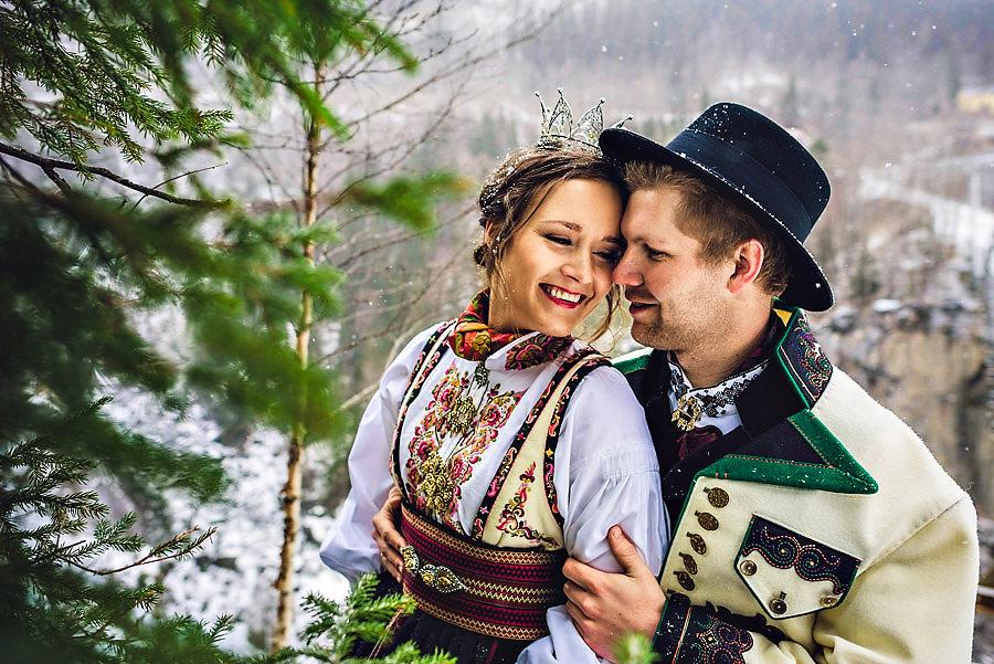 Brudepar med tradisjonelle Telemarksbunader i bryllup i Rjukan o