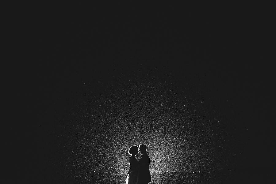 Bryllupsbilder i regnet og regnvær