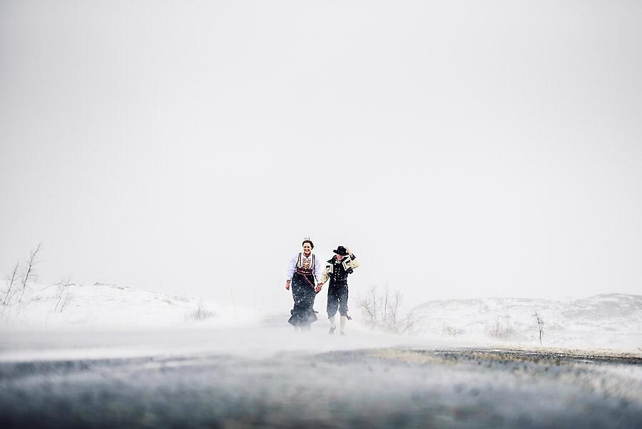 Bryllupsbilde i snøvær og snøstorm med tradisjonell Telemarks