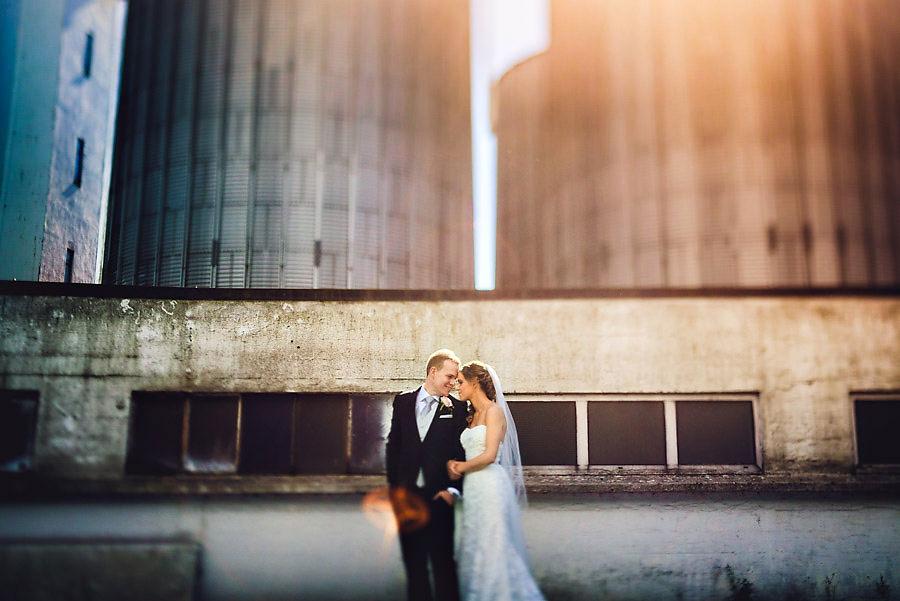 Industrielt bryllupsbilde på Mølleparken på Tau