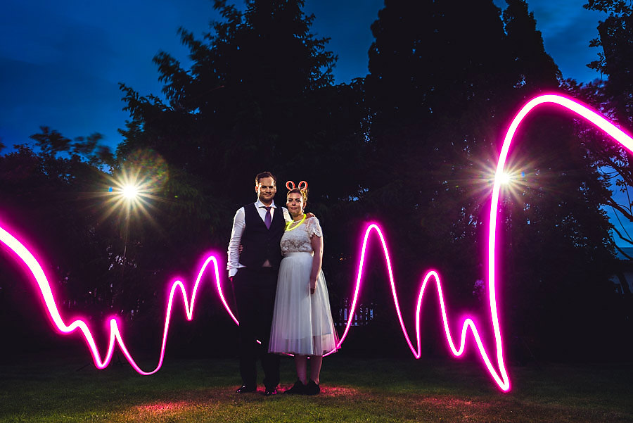 Bryllupsbilde med lysmaling i mørket og lang lukkertid av eirik