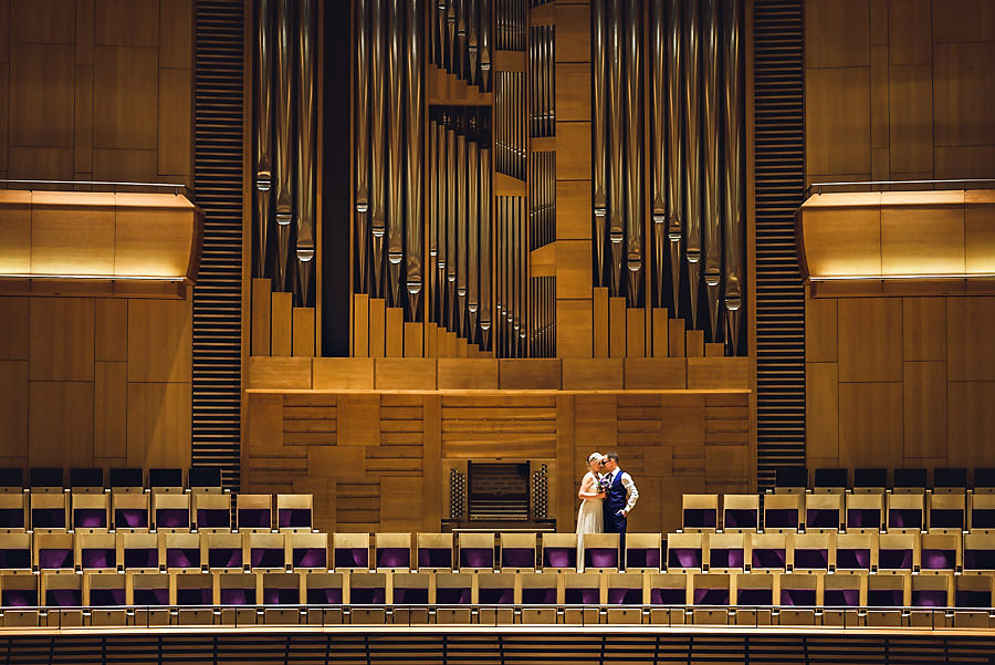 Bryllupsbilde med brudepar foran orgelet i Stavanger Konserthus
