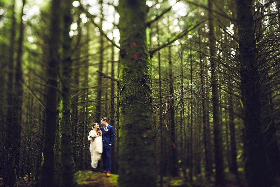 Nygift brudepar med bryllupsbilder i skogen på Vigrestad