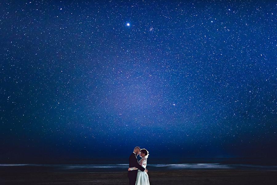brudepar under stjernehimmel