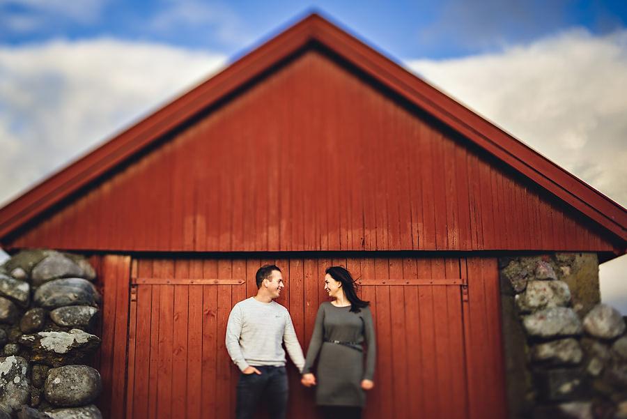forlovet par fotografert på jæren før bryllupet