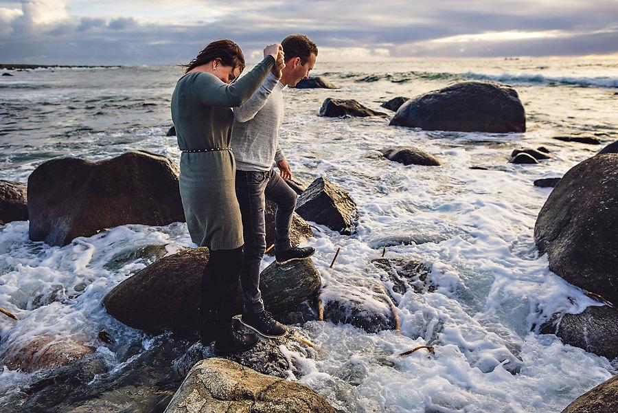 forlovet par fotografert ved sjøen på jæren
