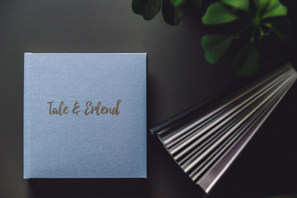 Albumdesign - Print er sterkere enn noen gang før! Jeg viser deg hvordan jeg designer album og selger dem til kunder. Helt fra stjernemarkering i Lightroom til designing i SmartAlbums til visning og levering.Bildene til kundene dine fortjener å bli holdt i hendene og oppleves sammen med deres kjære.