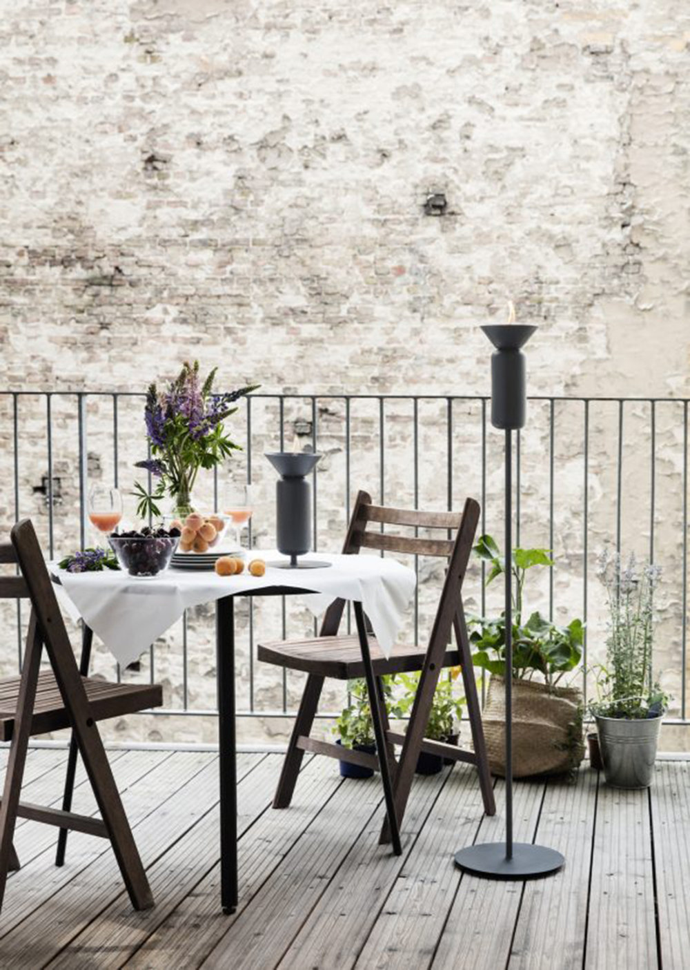 Poppy_Black-grey_skinny_table_and_long_balcony-Low_res_Photo-Chris_Tonnesen-583x819.jpg