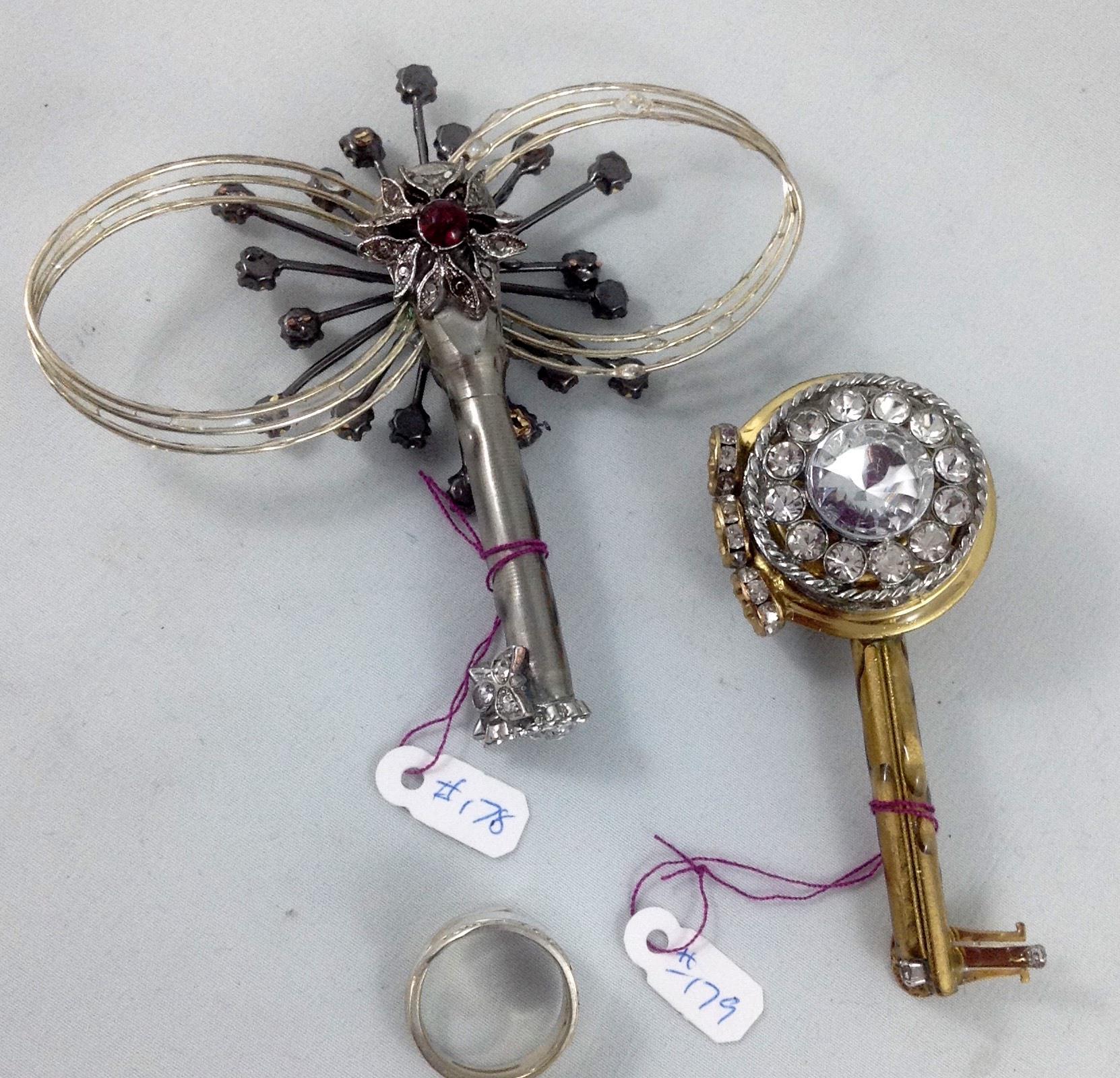 one side keys 178, 179