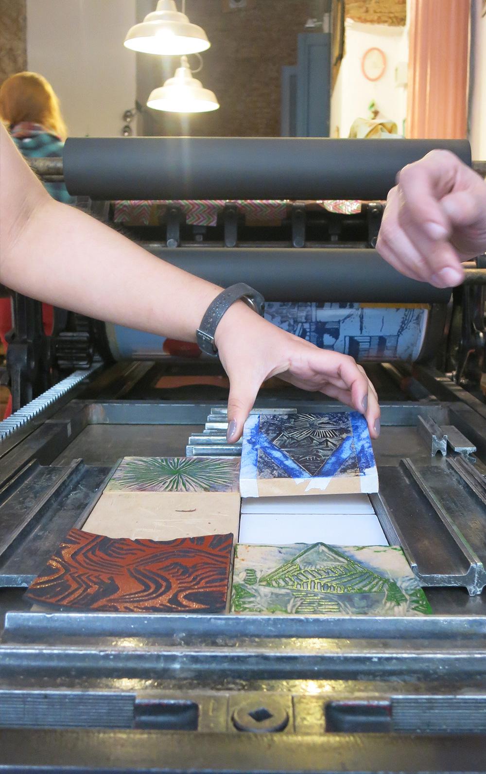 j-xilopress-xilografia-ilustracion-fotopolimeros-grabado-taller-letra-por-letra-papel-principal-letterpress-imprenta-tipografica-1.jpg