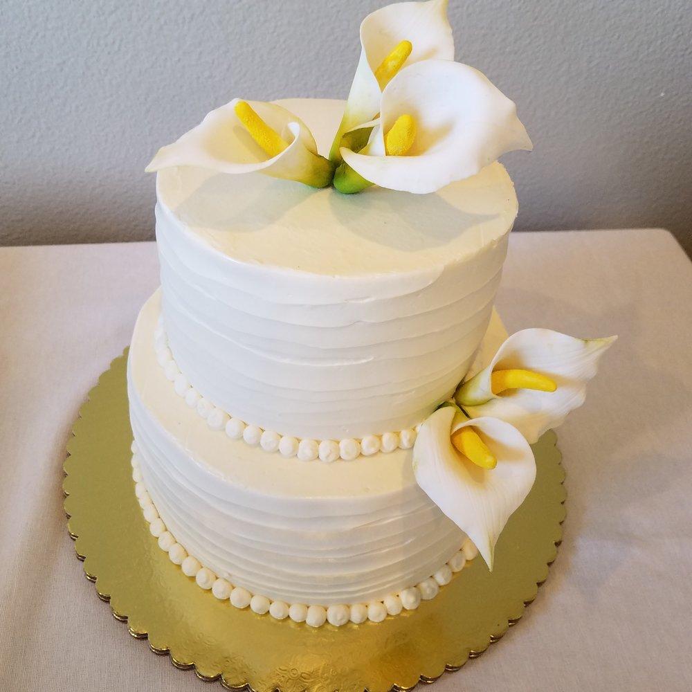 Two tier rough texture buttercream wedding cake with sugar calla lilies Hilo Hawaii Big Island Kailua-Kona