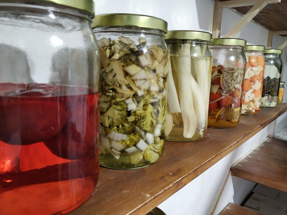 Diferentes Encurtidos de KamideDeus (Ciruelas, brocoli con cebolla y pimienta, calçots, tomate cherry y cebolla, coliflor y zanahoria, pimientos del padrón)