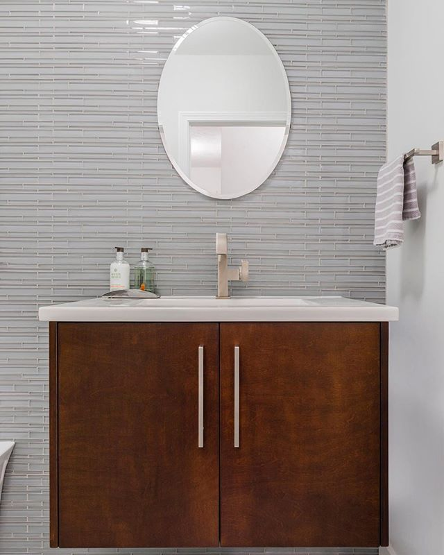 Simple yet luxurious. Minimalistic features along with the combination of brushed metal and natural wood tones make this vanity a modern dream.⠀ .⠀ .⠀ .⠀ @leichtkuchen @leichtusa #divinedesignbuild #modernbathroom #interiordesign #interiordesignboston #bathroomdesign