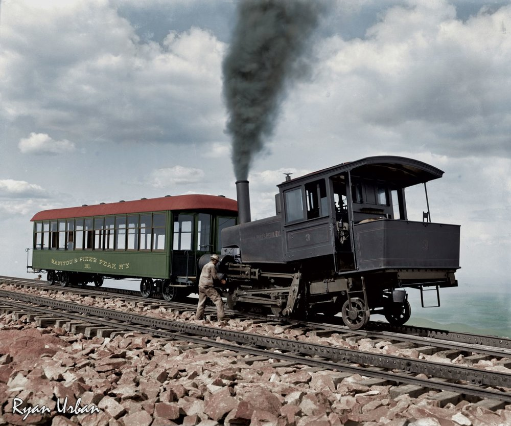 Locomotive et voiture de Pikes Peak Cog Railway, vers 1900 - source N&B: wikipedia - colorisée par Ryan Urban