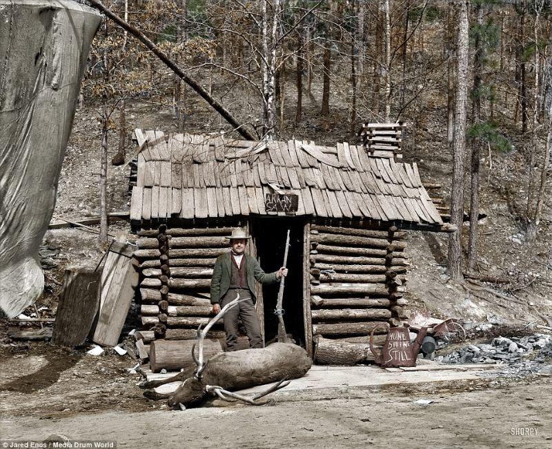 A cowboy se tient devant l'entrée de sa cabane, Hot Springs, Arkansas, vers 1901 - Source : https://www.vintag.es