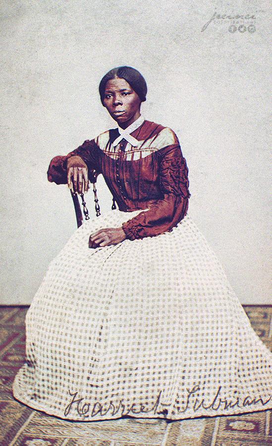 Harriet Tubman, Photographiée en 1868. - Ancienne esclave, abolitionnist, humanitaire, éclaireuse armée et espionne pour l'armée américaine pendant la guerre de Sécession, Tubman s'est échappée et a fait treize missions pour sauver environ soixante-dix esclaves, familles et amis, en utilisant le réseau des militants anti-esclavagistes. Elle a ensuite aidé l'abolitionniste John Brown à recruter des hommes pour son raid sur Harpers Ferry et, dans l'après-guerre, a participé activement à la lutte pour le suffrage des femmes.