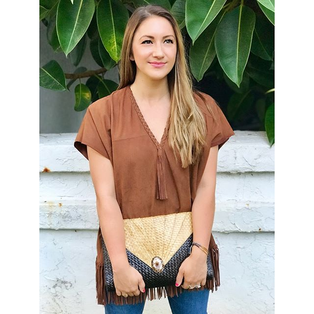 Happy Friday, y'all! 🙌 Bohemian with a touch of Western is one of my signature go-to styles, and on a summer Friday in #SoCal, I'm feeling all the fun and free-spirited vibes. ✌️✨ My leather poncho top and tassel heeled sandals are by @ullajohnson, who in my opinion, has the best collection of modern-bohemian pieces and is one of my absolute fave designers! (Love that she's an American designer out of Brooklyn, too! 🚕) My raffia clutch handbag is vintage from my mom who bought it @saks in the 80's! To me, raffia is the quintessential beach fabric, and in clutch form, is perfect for hot summer nights. 🌅 Stay cool this weekend! 💦 • • #ullajohnson #leatherponcho #poncho #tassels #sandals #agjeans #gorjana #stackingbracelets #rayban #raybansunglasses #raybanclubmaster #cartier #cartierlovering #cartiertrinityring #fashion #style #fashionblogger #styleblogger #americanstyle #californiastyle #socal #sandiego #california #solanabeach #summer #summernights  #pacificcoast #tgif 📸: @playboybacon