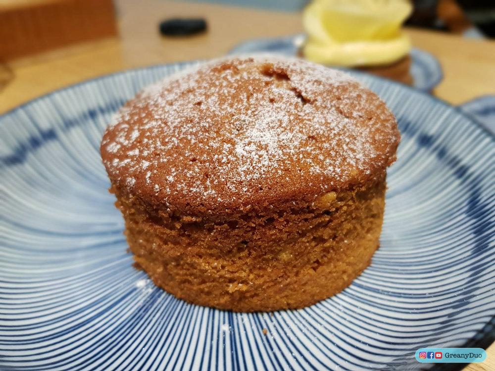 1.Yue Lao Pound Cake - 📌เค้กนี้ได้รับแรงบันดาลใจมาจาก Yue Lao เทพเจ้าความรักที่ประจําอยู่ที่วัดเสียไห่เฉิงหวง(Xia Hai City God Temple)ฝั่งตรงข้ามของคาเฟ่ เวลาที่คนมาไหว้ขอความรักจาก Yue Lao พวกเขาก็จะเอาพุทราจีนแห้ง ลําไย นํ้าตาลทรายแดง และโกจิเบอร์รี่มาถวายด้วย ทางร้านเลยเอาส่วนผสมทั้งสี่อย่างนี้ไปทําเค้กหอมๆร้อนๆออกมาให้พวกเรากิน กินไปแล้ว เราจะได้มีหวังเรื่องความรักมากยิ่งขึ้น 55+💸160 NTD