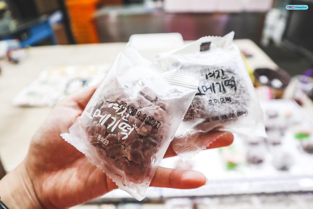 omegi tteok at dongmun market, jeju island