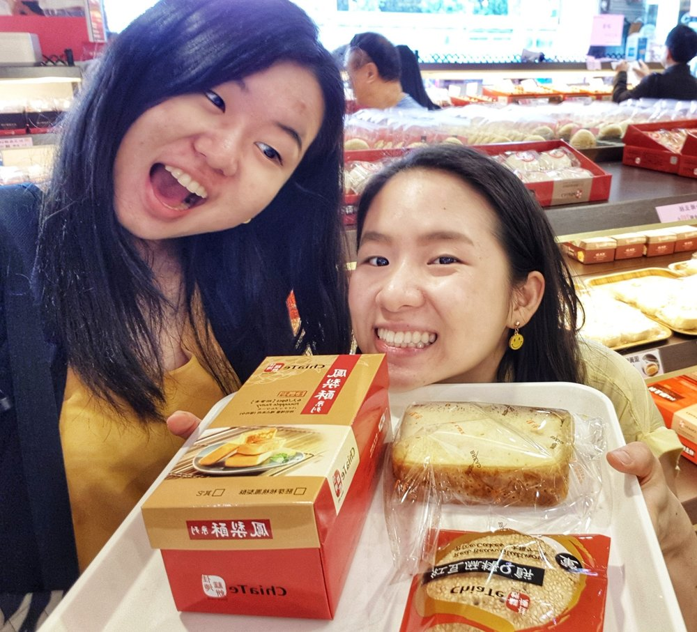 jenny and tina at Chia Te Bakery (เจียเต๋อ 佳德鳳梨酥) store, taipei, taiwan