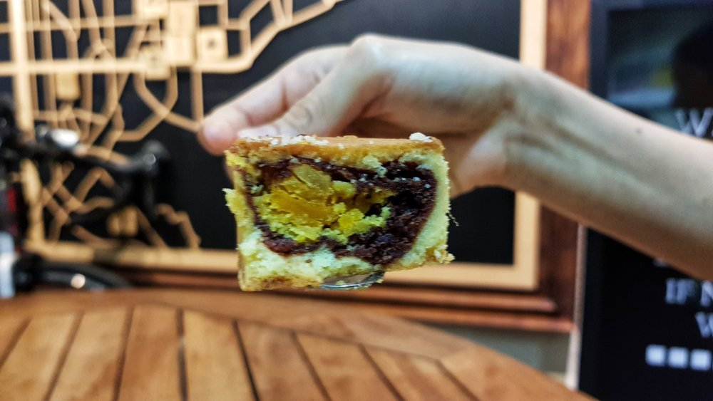 red bean-egg yolk pastry, Chia Te Bakery (เจียเต๋อ 佳德鳳梨酥) store, taipei, taiwan