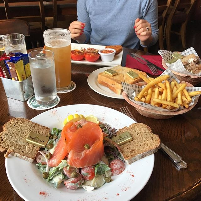 Don't see a lunchtime wasted - Join us for the ultimate midday feed! A big thank you to @transculturalexpress for dropping in and sharing this great snap! . . . . #Dublin #CityCentre #DublinCity #VisitDublin #DiscoverDublin #DublinQuays #JWSweetman #Sweetmans #SweetmansBrewery #SweetmansPub #JWSweetmansBrewery #CraftBeer #Microbrewery #Irishbrewers #Crafties #IrishCrafties #CraftBeerIreland #DublinSnugs #DublinPubs #PubGrub #ComfortFood #wednesday #humpday #midweek #lunchtime #lunchgoals #thequays #lunchindublin