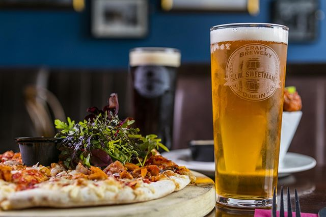 We don't have the words to sum up the perfect Friday... So we'll use this picture instead 😉 Fresh homemade pizza washed down with our own delicious in-house craft beers! . . . #Dublin #CityCentre #DublinCity #VisitDublin #DiscoverDublin #DublinQuays #JWSweetman #Sweetmans #SweetmansBrewery #SweetmansPub #JWSweetmansBrewery #CraftBeer #Microbrewery #Irishbrewers #Crafties #IrishCrafties #CraftBeerIreland #DublinSnugs #DublinPubs #PubGrub #ComfortFood