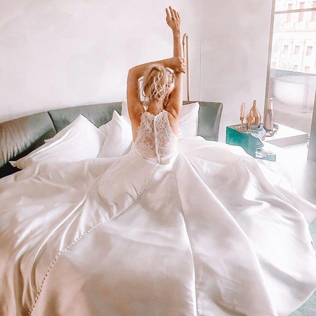 Hoe vet is deze jurk van @justinalexander We zijn druk bezig om weer een volgende shoot te regelen! Man man wat is dat gaaf! Onze redactie zet alles op alles om het meest vette te maken wat er is! De eerste video staat live en jemig wat ben ik trots op ons perfect team! Ook om weer samen te werken met @marliekekoks was zoooo leuk! Wat vind jij de mooiste jurk? Jurk 3 is mijn favoriet! 😍