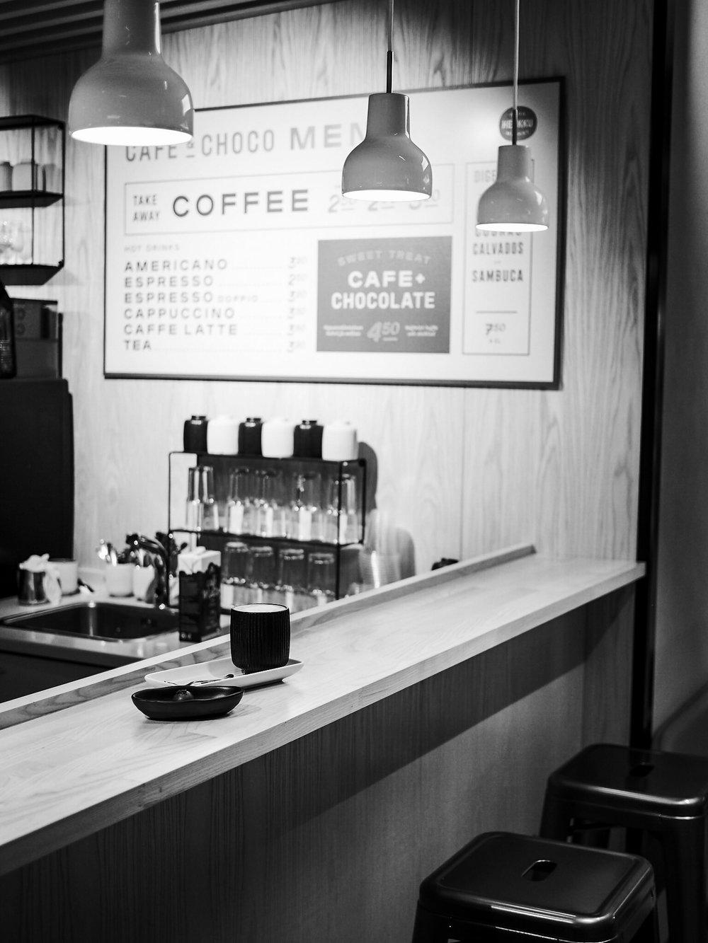 Coffee & Chocolate -baari myy kahvia ja suklaata mukaan ja paikan päällä nautittavaksi.