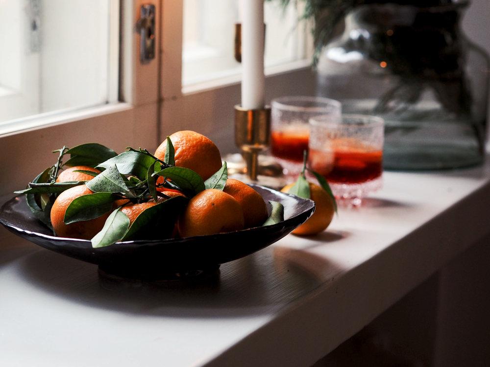 Klementiineistä käytän aromaattiset kuoret ja mehun joulun cocktailien maustamiseen. Lehtineen myytävät klementiinit ovat myös sellaisenaan kaunis koriste.