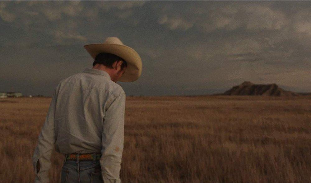 Lakota-intiaanien syntyperää oleva entinen rodeoratsastaja Brady Jandreau osasi ohjata hevosta ennen kuin osasi kävellä. Jandreaun kohtaukset hevosten kanssa ovat hypnoottista katsottavaa.