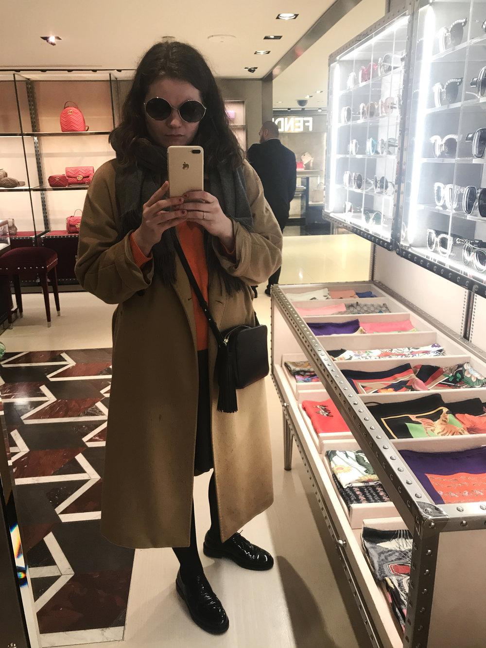 Lempitakissa, lempikengissä ja lempilaukun kera Milanossa sovittelemassa aurinkolaseja (en ostanut). Neule oli minulle tyypillinen tyhmä hutiostos: ostin sen koska se oli 100 % kasmiria ja tosi hyvässä alessa. Tästedes ei riitä perusteluksi.