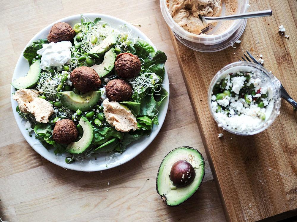 Vakkariannos: Fafa'sin valmiita falafelejä Herkusta, jotain vihreää ja valmista hummusta ja tsatsikia. Herkun Shaker Edamame -salaatti sopii myös falafelien kanssa ihan täydellisesti.